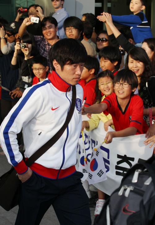 Park Ji-sung arrives at Doha International Airport in Doha, Qatar, Thursday. The AFC Asian Cup soccer tournament kicks off on Friday. (AP-Yonhap News)