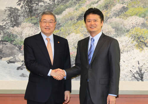 Foreign Minister Kim Sung-hwan (left) poses with Japan's national strategy minister Koichiro Genba Friday in Seoul ahead of talks on bilateral cooperation including a free trade deal. (Yonhap News)