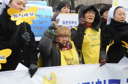 Kil Won-ok (second from left), one of the 78 surviving state-registered former comfort women, and other participants urge the Japanese government to apologize and pay compensation for wartime sexual slavery in front of the Japanese Embassy in Seoul on Wednesday. The Korean victims and their supporters have been holding the demonstration every Wednesday for 19 years. (Lee Sang-sub/The Korea Herald)