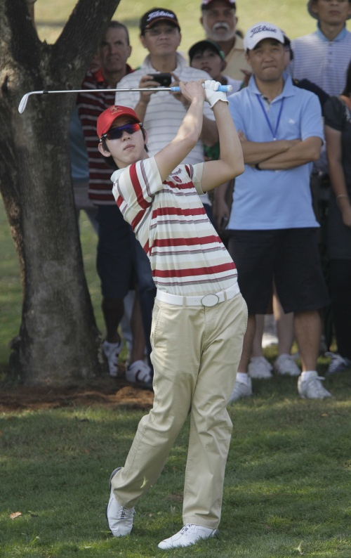 Asia's Noh Seung-yul hits a shot on the second hole. (AP-Yonhap News)