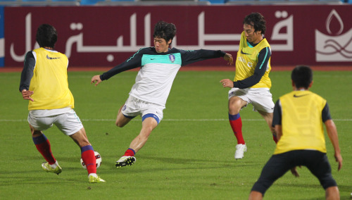 Korea's Park Ji-sung (center) takes part in a training session ahead of the Asian Cup. (Yonhap News)