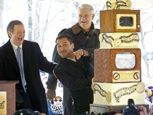 Edison Pena, one of the 33 Chilean miners who survived 69 days underground after a mine collapse, peers out from behind Elvis Presley's 76th birthday cake while cutting into the bottom layer as Elvis Presley Enterprises president Jack Soden (left) and Shelby County mayor Mark Luttrell (right) look on the grounds of the late rock'n'roll legend's Graceland mansion in Memphis on Saturday. AFP-Yonhap News