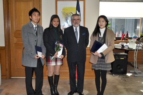 Chile Ambassador Hernan Brantes at the embassy's Spanish writing contest. Pictured with Brantes (from left to right) are Bang Jinman, Song Ji-sun and Kim Gwi-ryu.(Yoav Cerralbo/The Korea Herald)