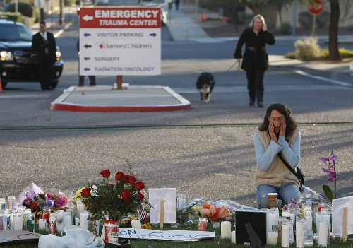 Patty Atkins (right) prays Sunday morning at a vigil for Rep. Gabrielle Giffords and other victims at University Medical Center in Tucson, Arizona. (AP-Yonhap News)
