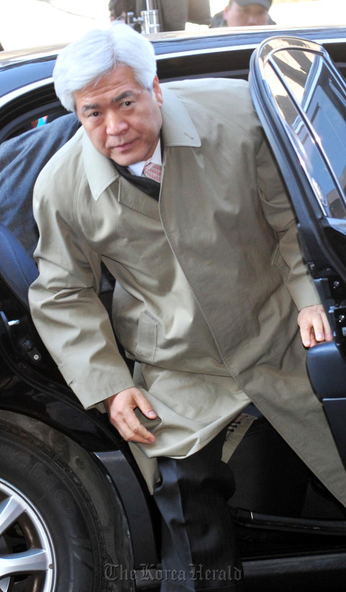 Former National Police Agency chief Kang Hee-rak appears at a Seoul prosecutor's office Monday. (Kim Myung-sub/The Korea Herald)