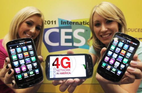Models show Samsung Electronics' new 4G LTE smartphone at the Consumer Electronics Show in Las Vegas. (Yonhap News)