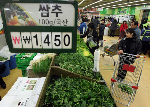 Consumers shop for farm produce at a Seoul supermarket Sunday. (Yonhap News)