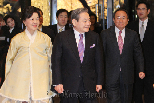 Samsung Electronics Chairman Lee Kun-hee (center) and his wife Hong Ra-hee walk into Hotel Silla to attend his birthday party Sunday. (Lee Gil-dong/The Korea Herald)
