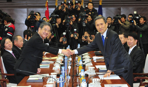 Defense Minister Kim Kwan-jin (right) shakes hands with his Japanese counterpart Toshimi Kitazawa at the start of their talks in Seoul on Monday. (Chung Hee-cho/The Korea Herald)