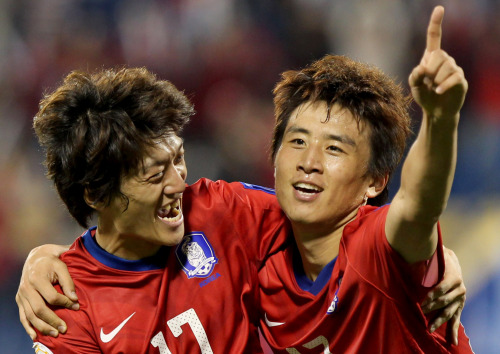 South Korea's midfielder Koo Ja-Cheol (right) celebrates with his teammate Lee Chung-Yong (left) after scoring his team's second goal against Bahrain during their 2011 Asian Cup group C football match. (Yonhap News)