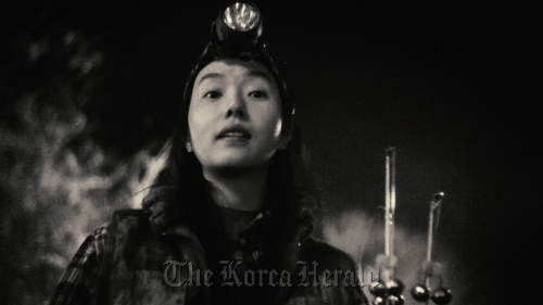 "Actress Lee Jung-hyun stars as a female shaman in ""Night Fishing,"" director Park Chan-wook and his brother Park Chan-kyong's newly released experimental short film shot entirely with iPhone 4. (PR One)"