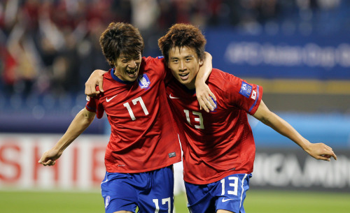 Korea's Koo Ja-cheol (right) celebrates with Lee Chung-yong after scoring against Bahrain. (Yonhap News)