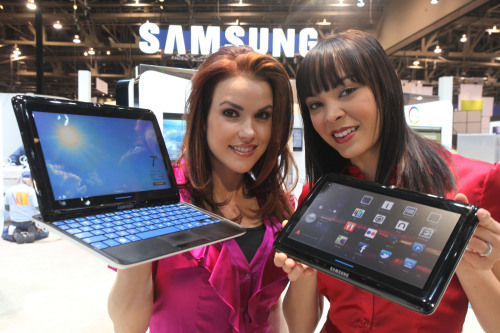 Samsung Electronics showcased its Sliding PC 7 series, a combination of a tablet and a laptop, at the Consumer Electronics Show in Las Vegas.(Samsung Electronics)