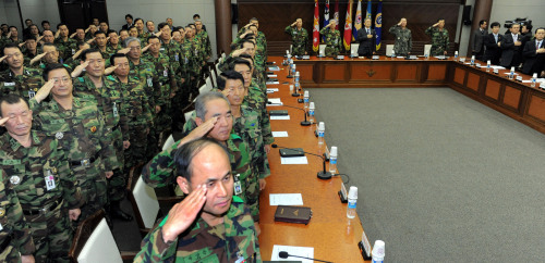 Military commanders salute at the start of their meeting at the Defense Ministry last month. (Ahn Hoon/The Korea Herald)