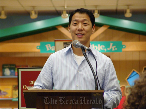 Mike Kim talks about his experience of helping North Korean refugees to freedom at a book store in the U.S. (Mike Kim)