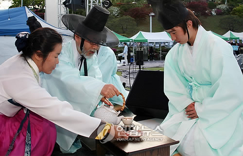 Traditional ceremony celebrating the passage from childhood to adulthood has been held every year at Sungkyunkwan University. (Yonhap News)