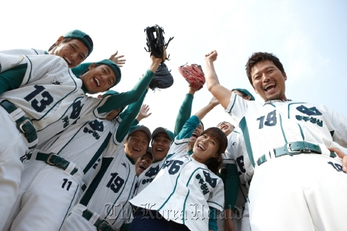 """Actor Jeong Jae-young (far right) stars as a former pro baseball player who ends up coaching a team of hearing-impaired teenagers in director Kang Woo-suk's new film, """"Glove."""" (CJ Entertainment)"""