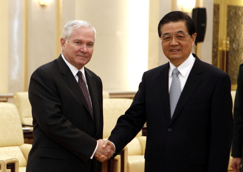 U.S. Secretary of Defense Robert Gates shakes hands with Chinese President Hu Jintao prior to a meeting at the Great Hall of the People in Beijing Tuesday, Jan. 11, 2011. (AP-Yonhap News)