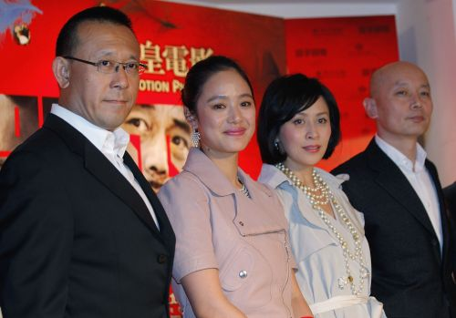 "From left: Chinese actor-turned-director Jiang Wen, Chinese actress Zhou Yun, Hong Kong actress Carina Lau and Chinese actor Ge You pose together during the premiere of their latest movie ""Let the Bullets Fly"" Jan. 10 in Hong Kong. (AP-Yonhap News)"