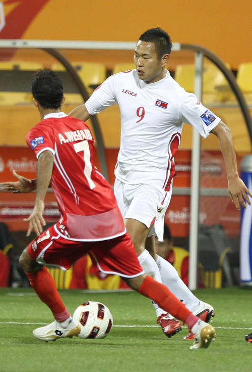 North Korea's Jong Tae-se looks to dribble up the field against UAE. (Yonhap News)