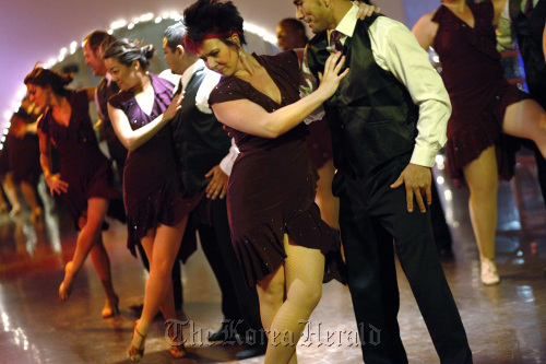 A salsa dance group, including Rebecca Rea (second from right), made up of 3rd Street Dance students, performs for a class at the studio, near the Beverly Center, in Los Angeles, California, Dec.15, 2010. (Los Angeles Times/MCT)