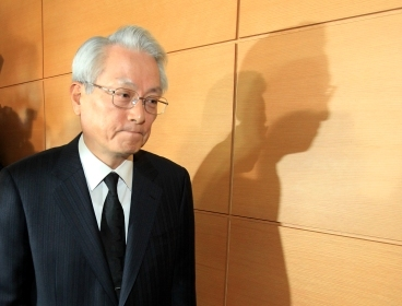 Chief state auditor nominee Chung Tonk-ki leaves after he announces his decision to withdraw from his position. (Yonhap News)