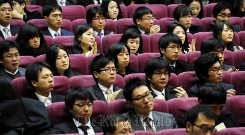 New legal professionals attend a graduation ceremony at the Judicial Research and Training Institute in Ilsan, Gyeonggi Province, Wednesday. (Park Hae-mook/Korea Herald)