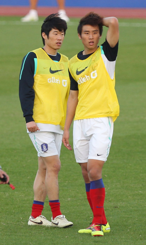 Park Ji-sung (left) and Koo Ja-cheol take part in a training session ahead of the Australia match. (Yonhap News)
