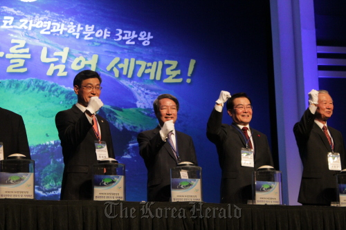Chung Un-chan (center), former prime minister and chairman of the National Committee for Jeju New7Wonders of Nature, Woo Geun-min (right), governor of Jeju Special Self-Governing Province, and Moon Dae-lim, chairman of Jeju Special Self-Governing Provincial Council, celebrate the launch of a voting campaign to promote Jeju Island as one of the New7Wonders of Nature at a hotel in Jeju on Thursday. (Jeju Tourism Organization)