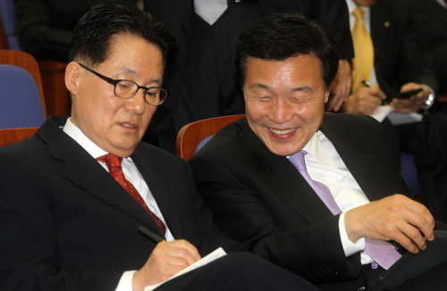 Democratic Party Chairman Sohn Hak-kyu (right) and floor leader Park Jie-won in conversation during the party's general meeting in Seoul, Thursday. (Yonhap News)