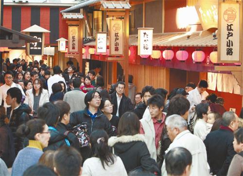 People walk among restaurants in the Edo Koji shopping area on the fourth floor of Haneda Airport's international terminal on Sunday. (Yomiuri Shimbun)