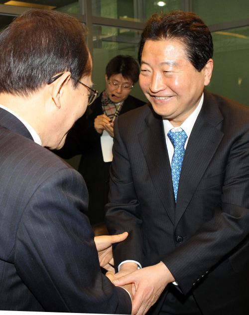 GNP leader Ahn Sang-soo (right) meets Lee Hoi-chang, leader of a small opposition party, on Friday. (Yonhap News)