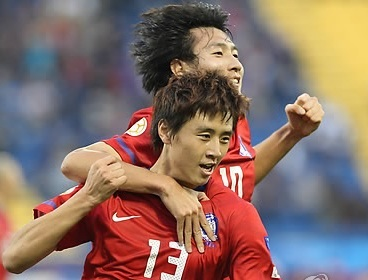 Korean midfielder Koo Ja-cheol (left) and striker Ji Dong-won celebrate after Koo scored the first goal during the AFC Asian Cup soccer match between Korea and Australia in Doha, Qatar, on Friday. (Yonhap News)