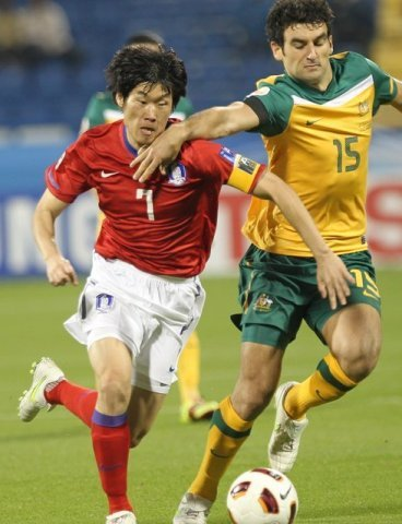 South Korea's Park Ji-sung (left) drives the ball past an Australian defender during the AFC Asian Cup Group C soccer match between South Korea and Australia at the Al Gahrafa stadium in Doha, Qatar, on Friday. (Yonhap News)
