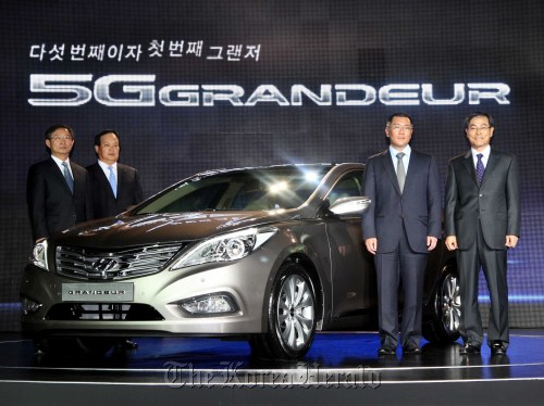 Hyundai Motor Co. vice chairman Chung Eui-sun (second from right) poses with the new Grandeur at the launch ceremony in Seoul on Thursday. Hyundai Motor Co.
