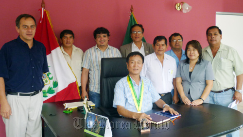 Jung Heung-won (sitting), newly elected mayor of Chanchamayo in Peru, poses with city councilors in his office.  (Yonhap News)