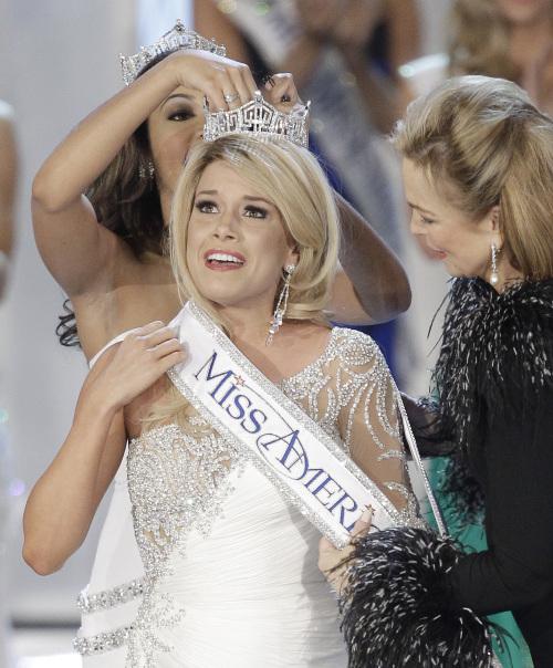 Miss Nebraska Teresa Scanlan is crowned Miss America 2011 during the Miss America pageant Saturday in Las Vegas. (AP-Yonhap News)