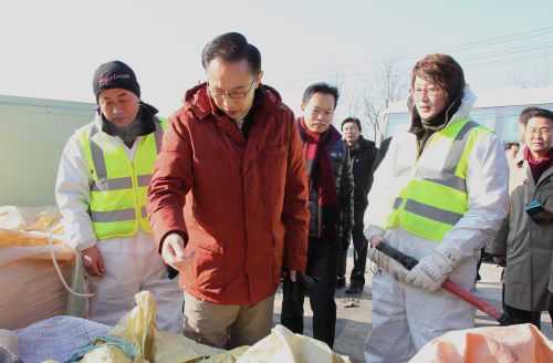 President Lee Myung-bakvisiting Hoengseong in Gangwon Province to inspect the quaratine efforts against highly contagious livestock epidemic. (Yonhap News)