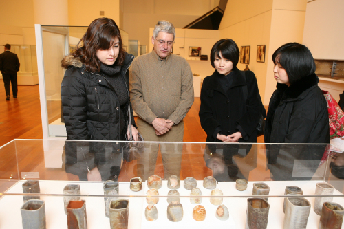 Chris Sarley looks at his works with visitors. (Korea Foundation)