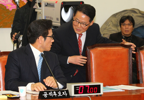 MINISTERIAL MEETING — Culture Minister-nominee Choung Byoung-gug (seated) talks with Rep. Park Jie-won, floor leader of the main opposition Democratic Party, during a parliamentary confirmation hearing Monday. Park served as culture minister under the administration of the late President Kim Dae-jung. (Yonhap News)
