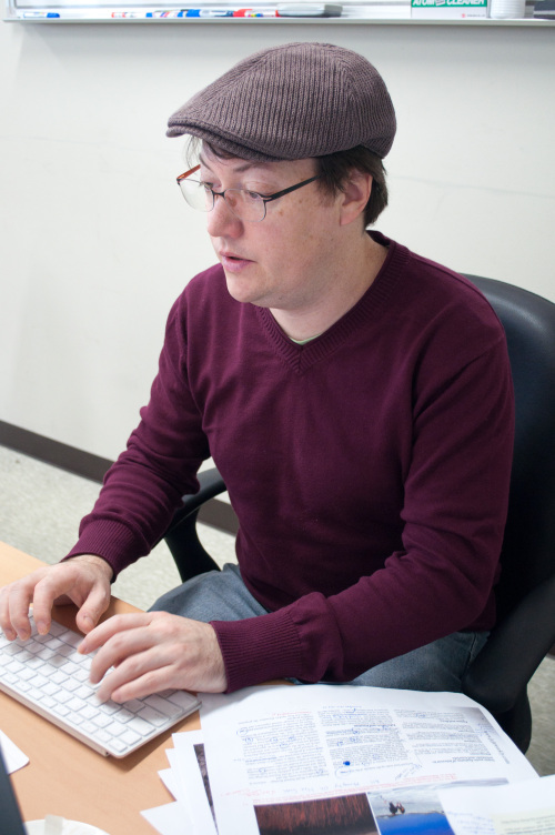 Todd Thacker, managing editor of the Jeju Weekly, works on the layout of the island province's only English-language newspaper. (Jeju Weekly)