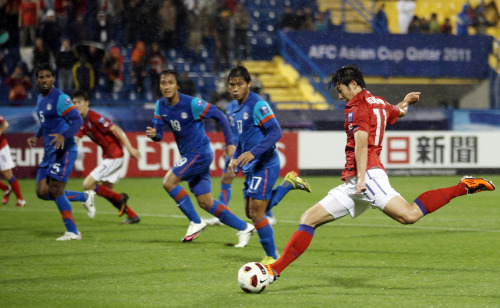 Korea's Son Heung-min connects on a goal against India. (Yonhap News)