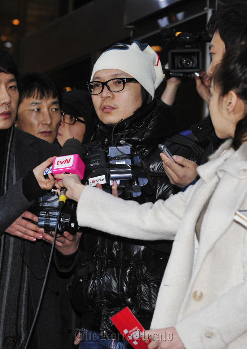 TV celebrity Shin Jung-hwan speaks to reporters and cameramen as he enters the Seoul Metropolitan Police Agency on Wednesday for interrogation over illegal gambling charges. (Ahn Hoon/The Korea Herald)