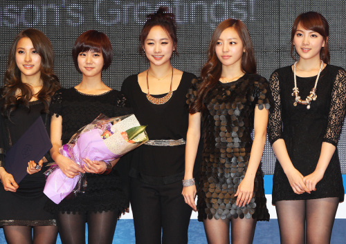 Girl group KARA receives a commendation from the Culture Ministry for promoting the Korean Wave in Seoul on Jan. 13. (Yonhap News)