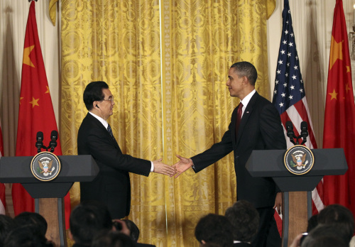 Chinese President Hu Jintao(L) shakes hands with U.S. President Barack Obama at a joint press conference at the White House in Washington, the United States, Jan. 19, 2011. (Xinhua-Yonhap News)