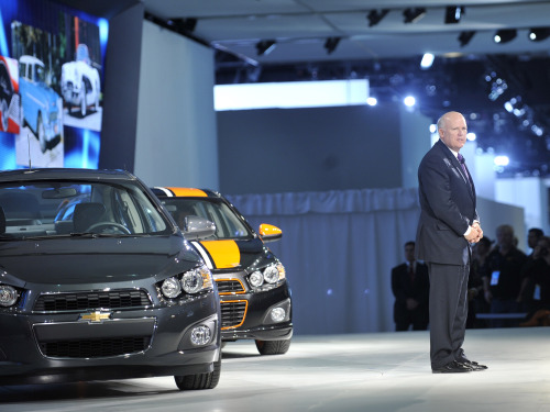 Dan Akerson, Chief Executive of General Motors Co. (GM), unveils the Chevrolet Sonic at the 2011 North America International Auto Show (NAIAS) in Detroit, the United States, on Jan. 10, 2011. (Xinhua-Yonhap News)