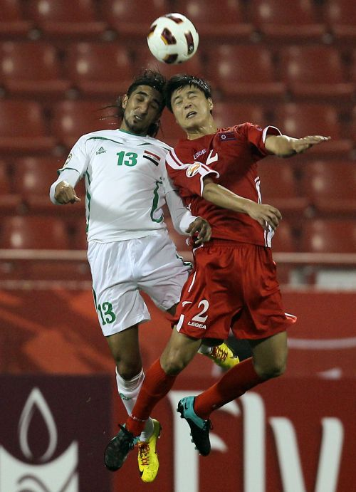 North Korea's Cha Jong-hyok (right) and Iraq's Karrar Jassim challenge for the ball. (AFP-Yonhap News)