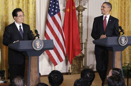 U.S. President Barack Obama (right) and China's President Hu Jintao take part in a joint news conference in the East Room of the White House in Washington on Wednesday. (AP-Yonhap News)