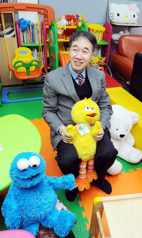 Purme Foundation executive director Paik Kyung-hak sits in the handicapped children's rehab play room at the foundation building in hyo-ja dong last Friday. (Park Hyun-koo/The Korea Herald)