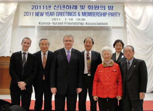 (From left) Ofer Fohrer, commercial attaché at Embassy of Israel in Seoul; Kyung-in Women's College president Park Joon-surh; Israeli Amb. to Korea Tuvia Israeli; former president of the Korea-Israel Friendship Association You Tae-yeung; Consumers Union of Korea president Chung Kwang-mo; Korea-Israel Women's Friendship Association resident Lee Hwa-ja; and Israel Culture Center chairman Bae Jung-hwa pose for a photoat the New Year's greeting and membership party of the association in Seoul on Tuesday.